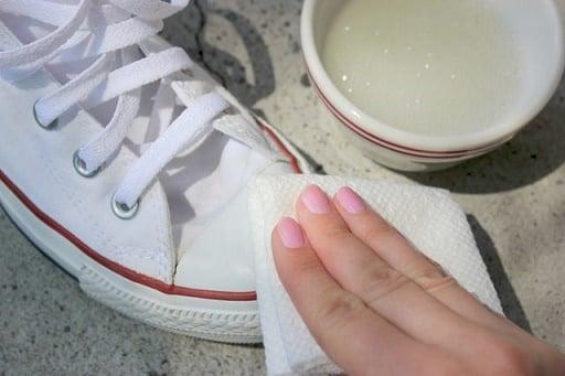 Limpiar zapatos viejos