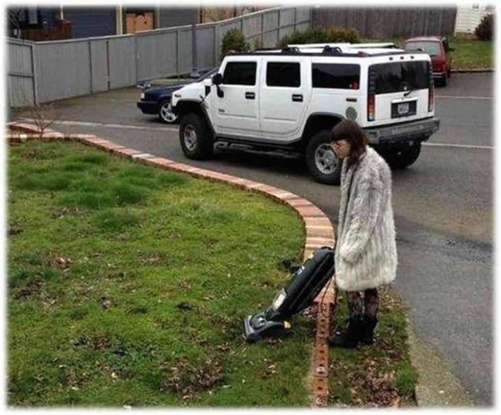 mujer aspirando el cesped