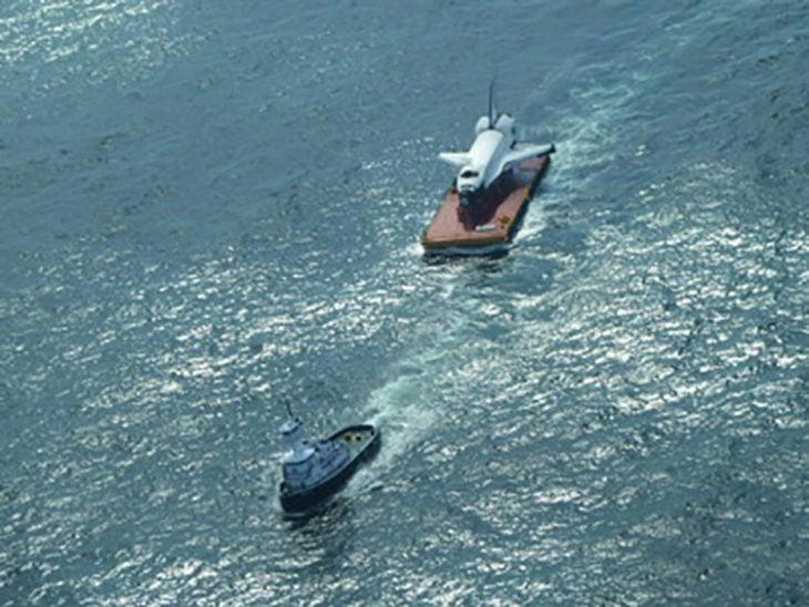 Transbordador espacial siendo acarreado por el océano