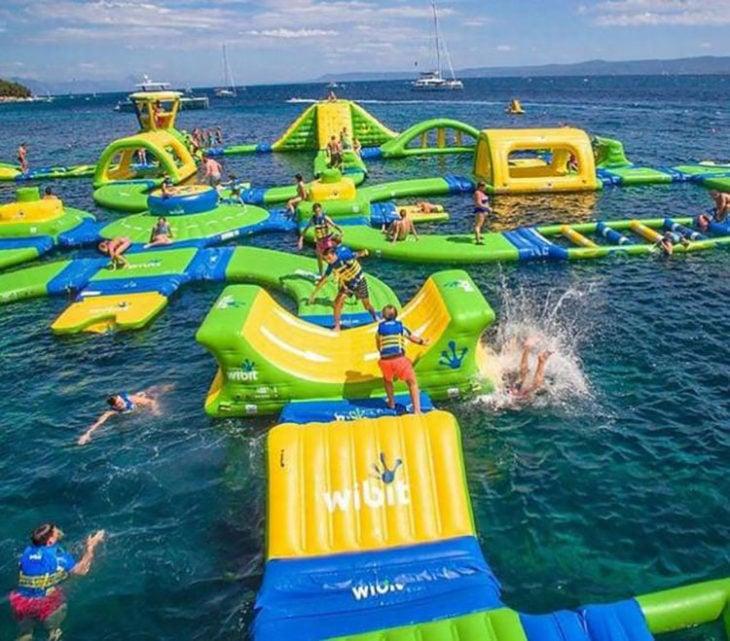 parque acuático con juegos inflables en un lago