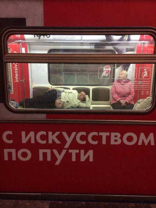 hombre placidamente acostado en el interior de un tren