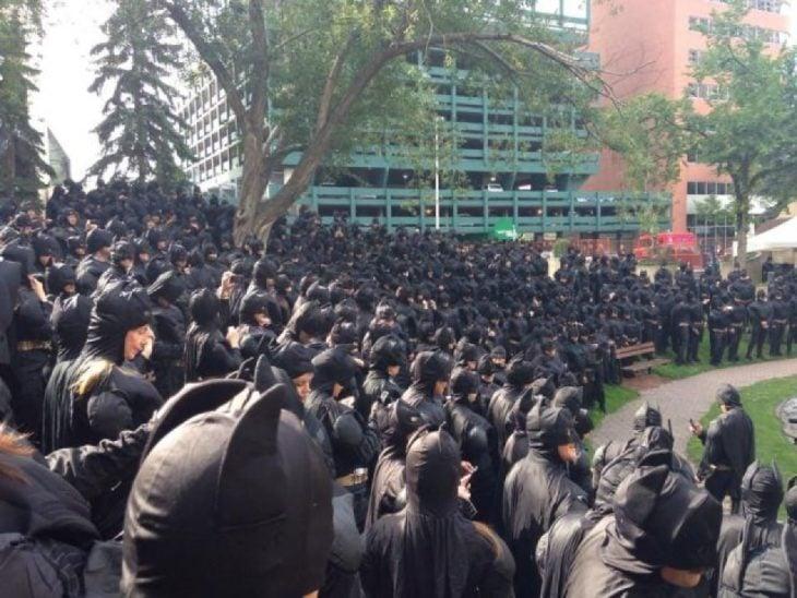 una gran cantidad de personas disfrazadas de batman reunidas