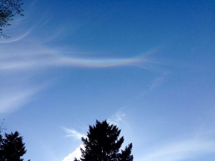 Cielo muestra un arcoíris invertido