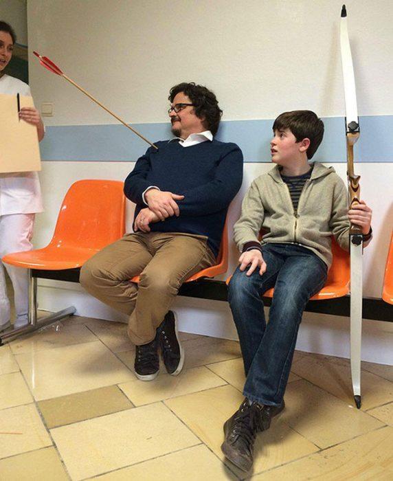 Joven con adulto en el hospital por flecha
