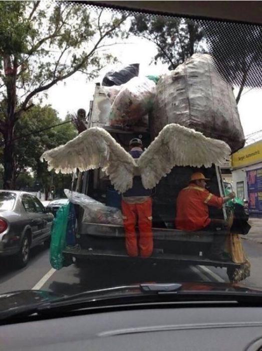 Un recolector de basura usando alas