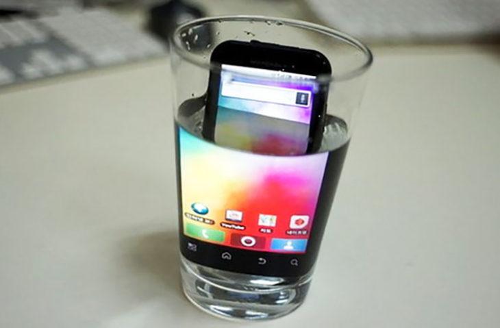 vaso de agua y dentro de el un teléfono
