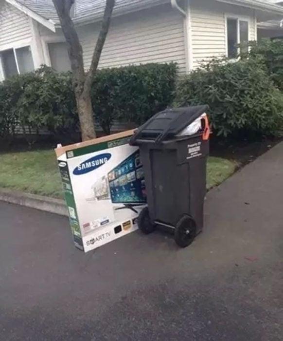 caja de pantalla en la basura