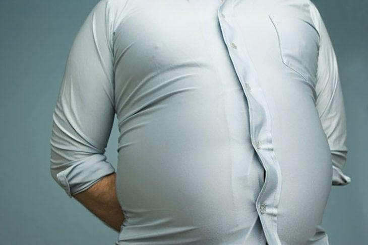 hombre gordo con camisa apretada