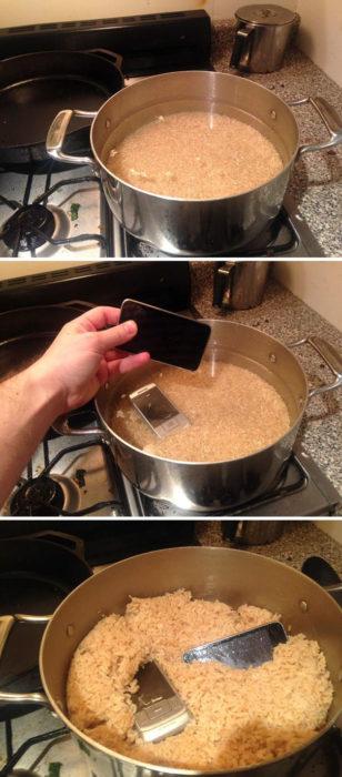 celulares dentro del olla con arroz