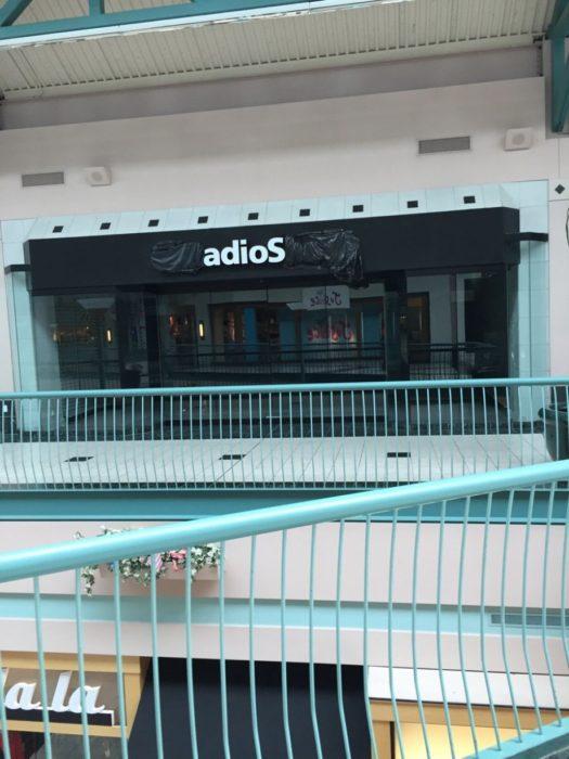 Tienda RadioShack que cerró y el letrero dice adios