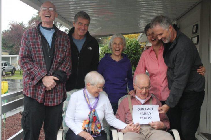 anciano sosteniendo un letrero gracioso