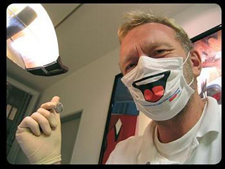 Dentista con cubrebocas divertido