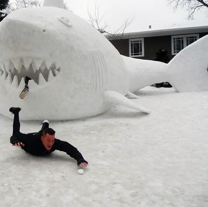 hombre amputado juega con tiburón hecho de nieve