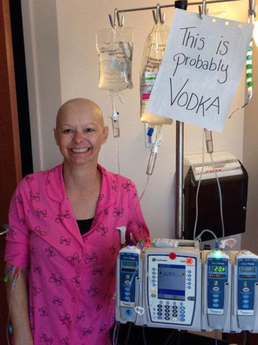 Mujer con sonda juega que su contenido es Vodka