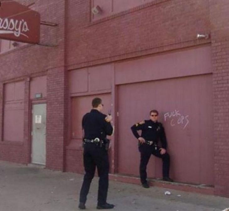 Policía toma fotografía en mensaje en el que los insultan