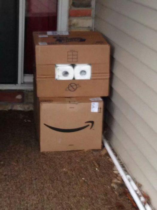 Caja que parece ser una cara sonriente