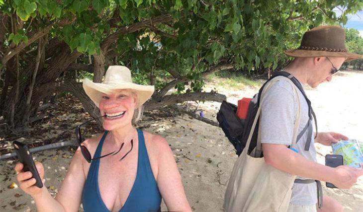 mujer con sonrisa extraña por mala panoramica
