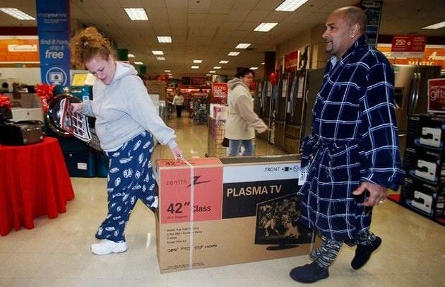 pareja super pijamas televisión