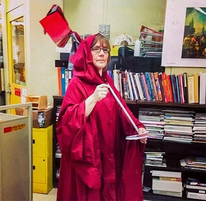 Cuidadora de biblioteca vestida del ángel de la muerte