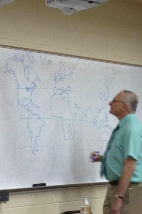 maestro que dibujo mapa a mano en pizarron