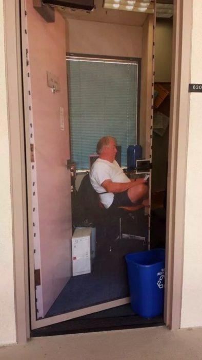 Fotografía en la puerta de la oficina profesor