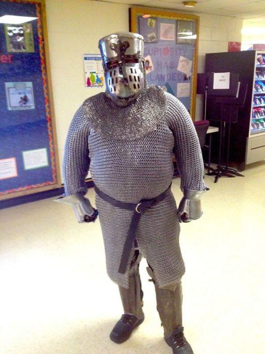 profesor vestido con armadura medieval
