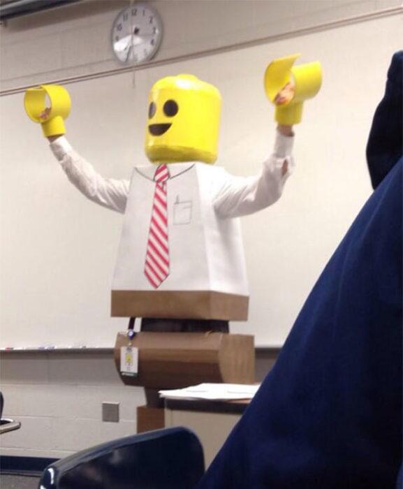 profesor disfrazado de figura de lego