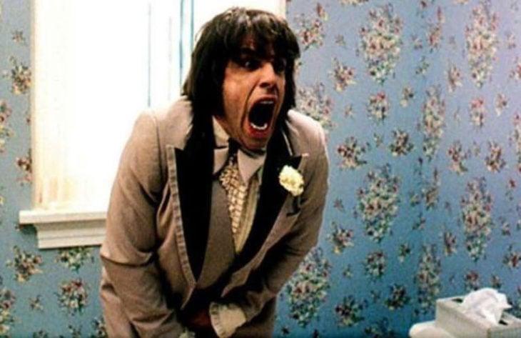 Hombre gritando por atorar su miembro en la braqueta