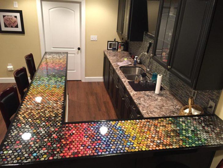 cocina con tapas de colores