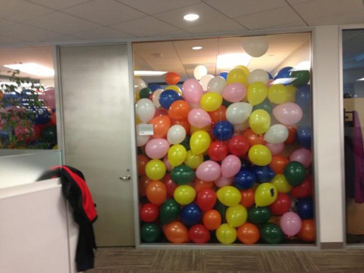 oficina llena de globos