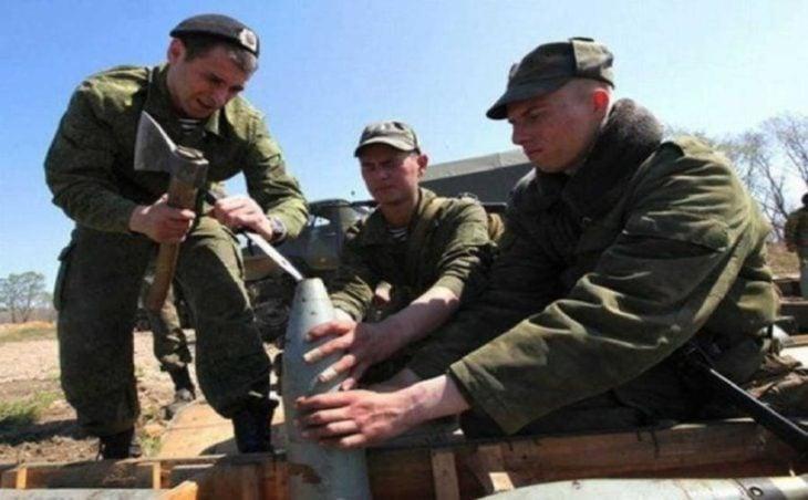 Soldados abriendo bomba con un pico