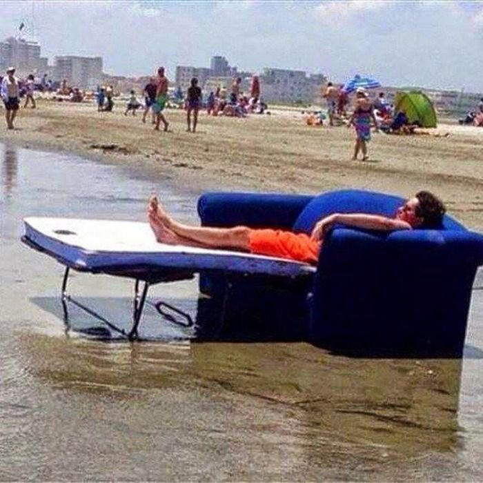 joven en la playa en un sofá cama