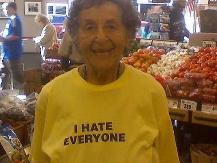 женщина с пляжной, который говорит, что ненавидит всех