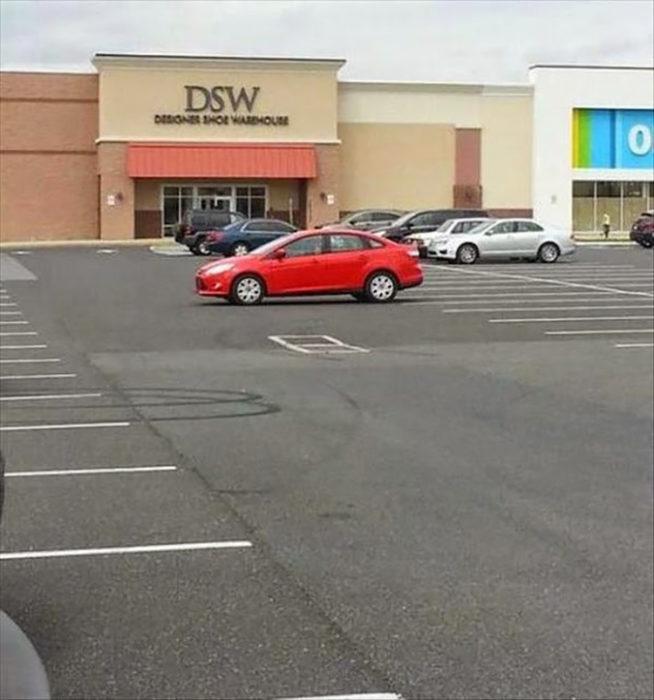 Vehículo estacionado afuera de cajón de estacionamiento