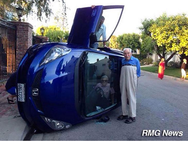 anciano a lado de vehículo volcado
