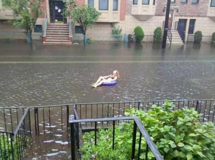 Chica después de la lluvia disfrutando en la calle