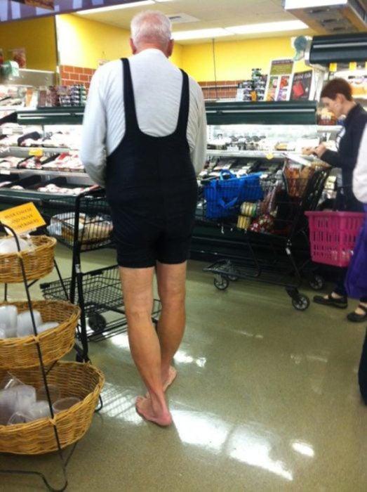 anciano en el supermercado con payasito