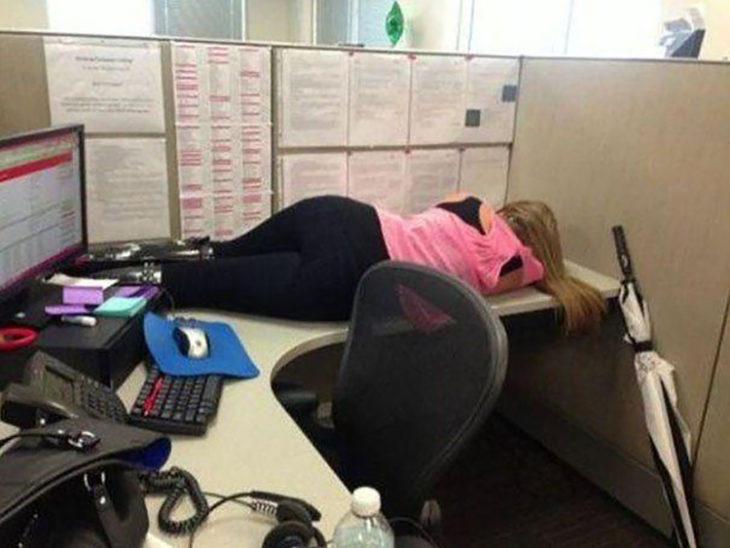 Mujer dormida sobre escritorio