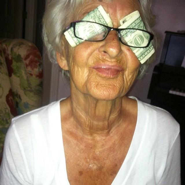 abuelita dinero