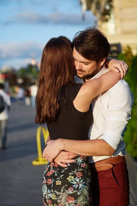 abrazo pareja amorosa