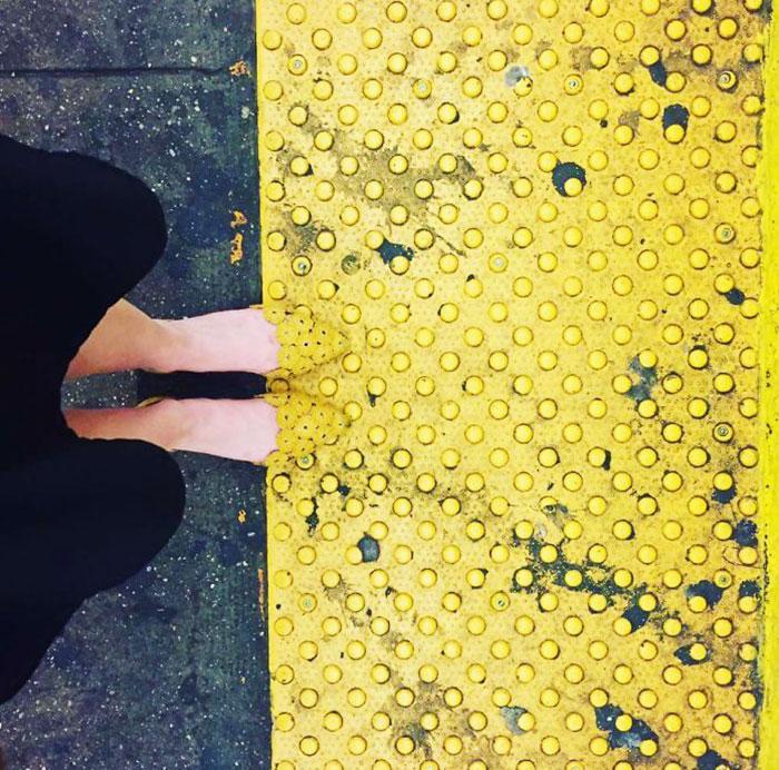 Zapatos combinan con el piso