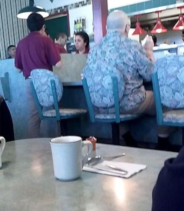 Hombre con misma ropa que tela de la silla