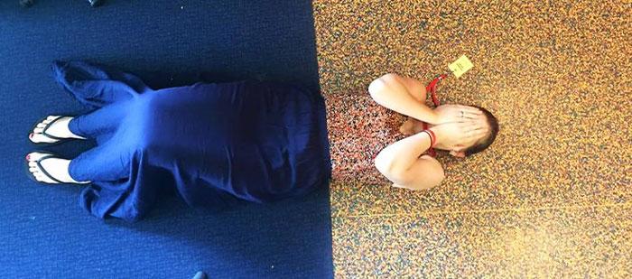 Mujer camuflada con el piso
