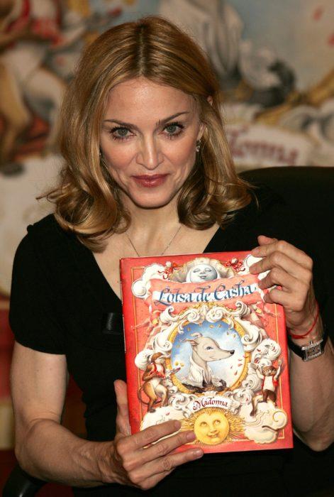 madona con libro de niños