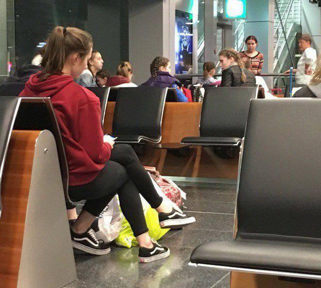 Mujer con tres piernas en el aeropuerto