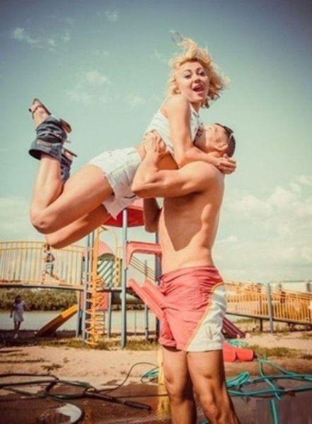 Hombre emocionado cargando a su novia