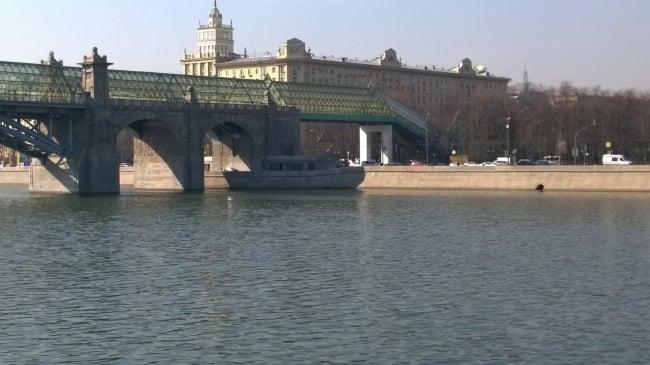 Barco en la sombra