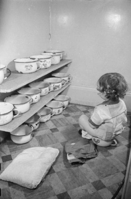 Niño sentado en una olla