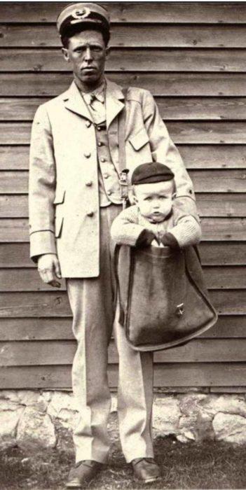 Niño en saco con el hombre del correo