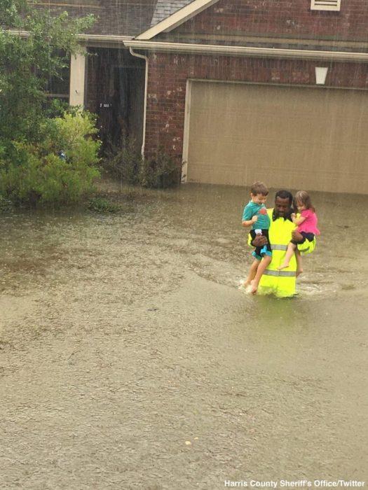 rescata a dos niños houston